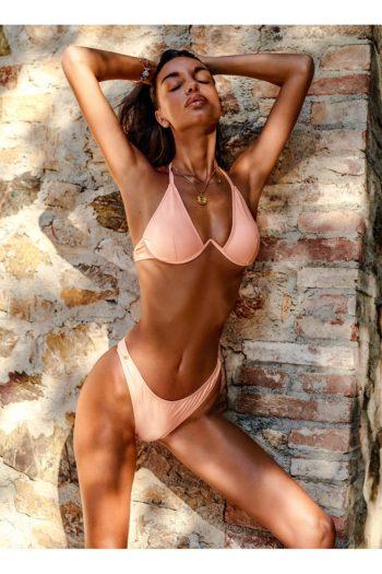 Le bikini Paralia est notre bijou ! Des lacets sur le cou et le dos vous aideront à tout contrôler et à vous sentir confiante et sexy pendant les vacances. Le string taille haute rendra vos jambes plus longues et le dos nu sera soulignera vos courbes...